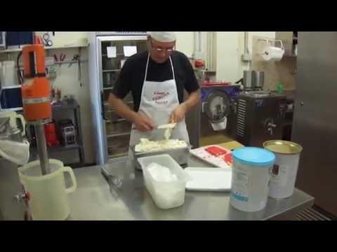 mantecazione gelato al gusto zuppa inglese