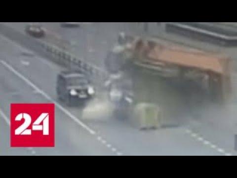 Страшная авария на Рязанском проспекте попала в объектив камеры наблюдения - Россия 24