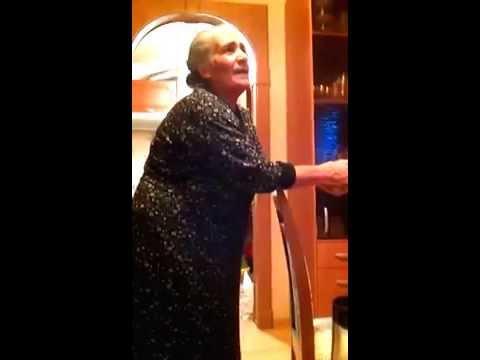 Бабушка поет про маму на армянском.  Очень душевно.