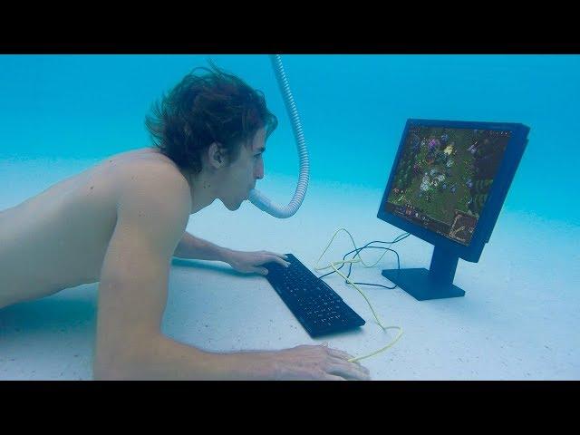 小哥被粉丝挑战在水下玩电脑  -  真的成功吗?
