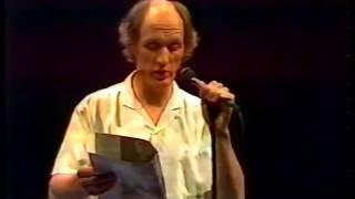 """Herman van Veen zingt """"de bom valt nooit"""", Brussel 1983"""