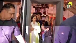 Jhanvi Kapoor's Bf Ishaan Gets Angry on a Fan Touching Her While Taking Selfies,  Angry on a Faan