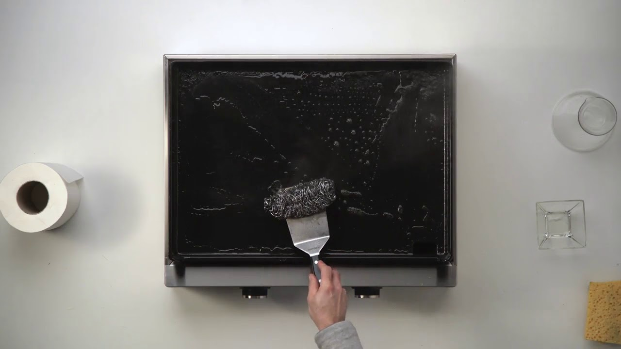 Nettoyer La Plancha En Fonte Émaillée nettoyage plancha avec une boule inox