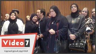 محمد فؤاد يقبل رأس أم شهيد فى احتفالية
