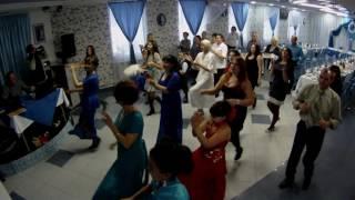 Танец гостей на свадьбе для новобрачных