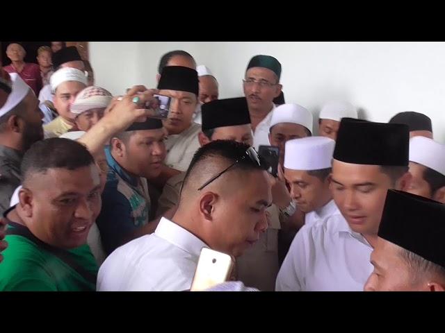 Prabowo Disambut Histeris Ratusan Peziarah Sunan Ampel