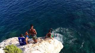 Африканские парни прыгают со скалы. Ницца