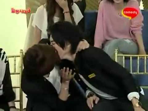 Мальчики целуются и раздеваются 6 фотография