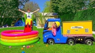 Макс и Катя играют с электрическим грузовиком