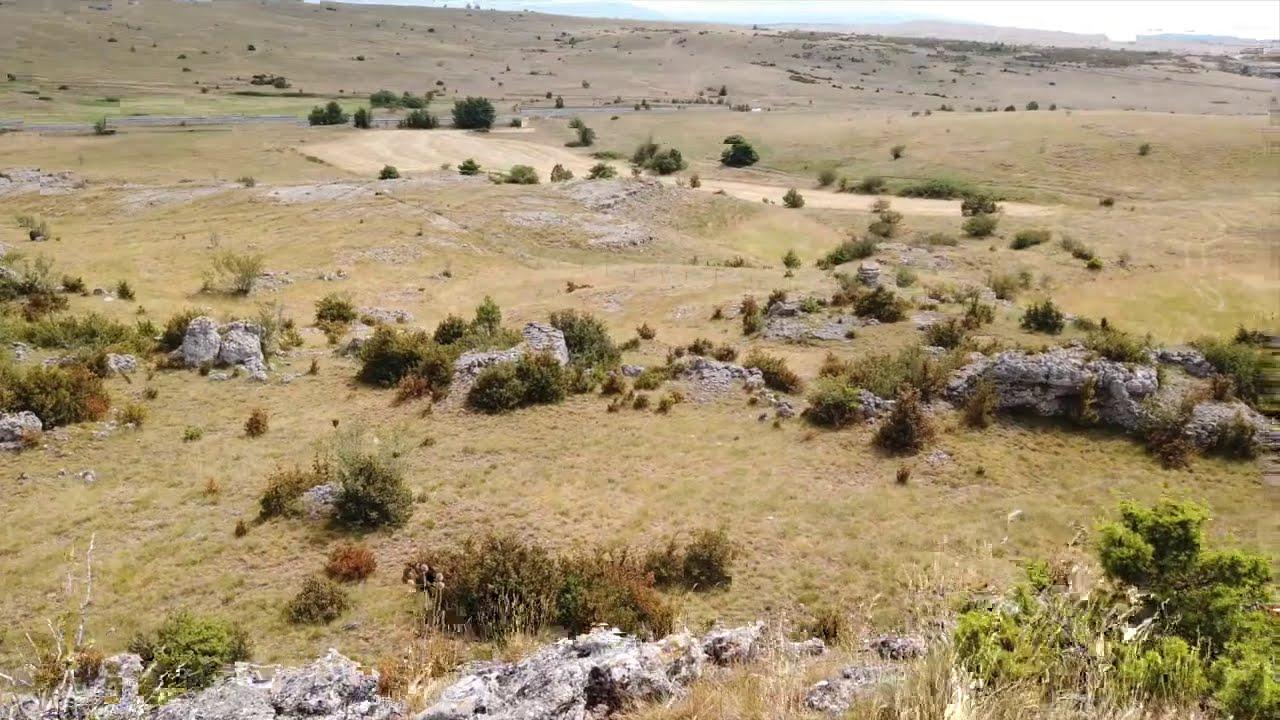 Dolmen de Tiergues et Balade sur le Larzac à travers les rochers ...