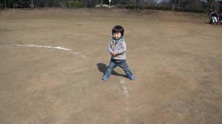2歳で走る弟、横切るお姉ちゃん