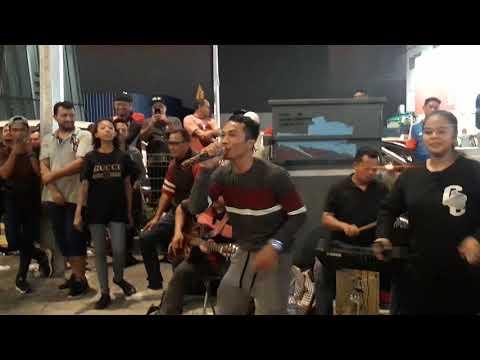 Singkong & Keju - Sempoi gila din air Menghiburkan Pengujung Feat Retmelo Buskers 👍