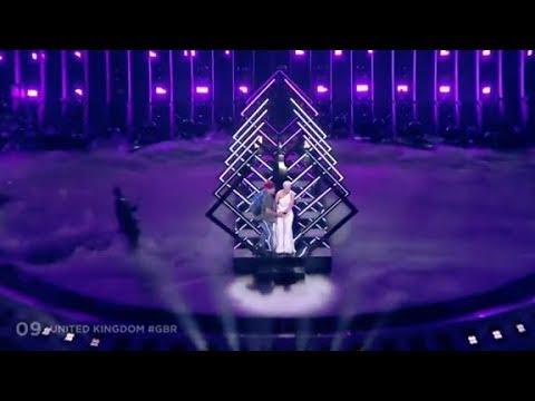 Un espontáneo arruina la actuación de SuRie (Reino Unido) en la gran final de Eurovisión 2018