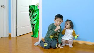 Xavi and Anna Learn Colors with Colorful Tigers - Pretend play video