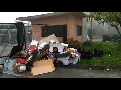 Los residuos se acumulan ante el Punto Limpio