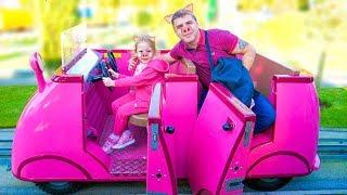 Настя и папа катаются с огромной горки в парке