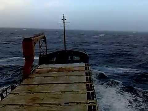 Rough sea. Ship is rolling at sea. Ballast condition. Cargo ship. Судно валяет