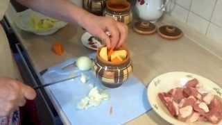 Мясо в горшочках(Мясо запекается в горшочках с картофелем в духовке. И конечно же добавляем специи. В качестве мясо использу..., 2014-02-03T23:37:23.000Z)