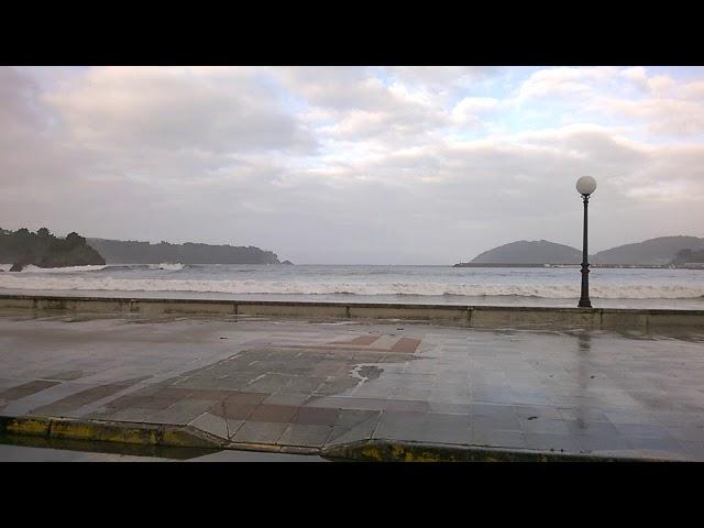 Las olas llegan hasta el paseo de Covas