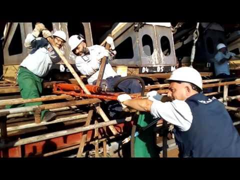 Varo di un tronco di scafo ai Cantieri navali di Palermo