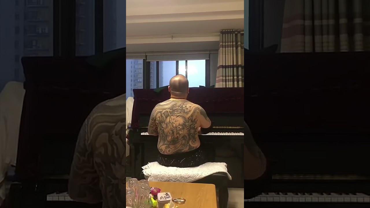 黑道纹身大哥弹钢琴,铁汉柔情,有谁知道曲子叫什么名字吗?