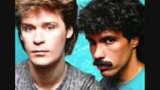 Daryl Hall & John Oates - Maneater (with lyrics)