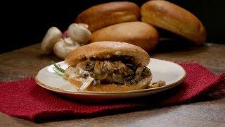 ¡No podrás resistirte a esta jugosa hamburguesa con queso suizo y champiñones!