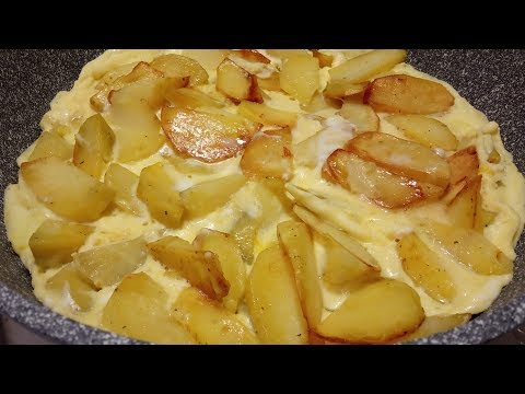 Жареная картошка, залитая яйцами.