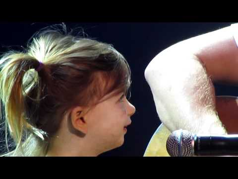 """Dierks Bentley """"I'm Thinking of You"""" with daughter Evie at Ryman 'Home' Show"""