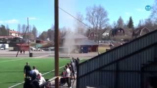 Fångade tromb på film – se hur vinden flyttar fotbollsmålet