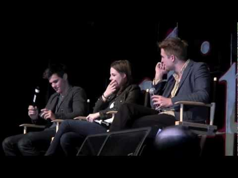 Kristen Flips off Rob.. lovely teasing @ Twilight Convention LA 2010