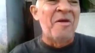 Velho rindo ou cantando kkk