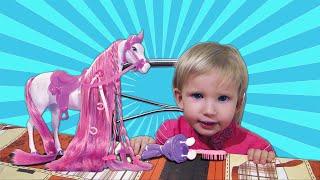 Алина играет с новой лошадкой для куклы Штефи и заплетает лошадке косички