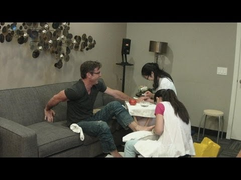 Dennis Quaid is Getting a Manicure!