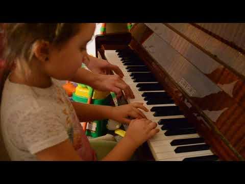 Ульяна играет вальс