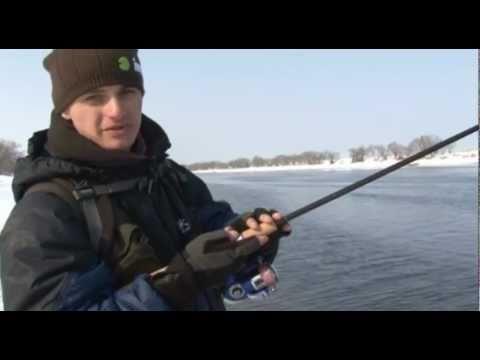 Ловля спиннингом на легкий джиг с берега на реке (1) - YouTube