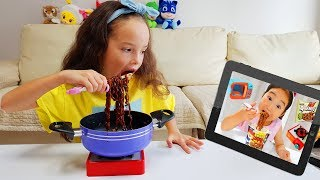 Milana Cooking Black Noodles like a Boram Kids Pretend Play 뽀로로 짜장면