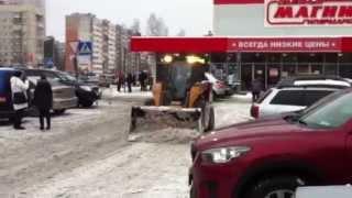 Мини-погрузчик CASE SR200 уборка снега, Магнит, аренда мини-погрузчик(Мини-погрузчик CASE SR200 убирает снег на стоянке, гипермаркет