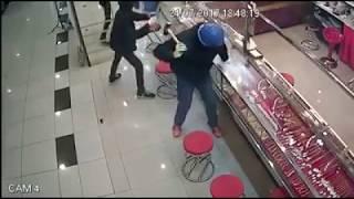 Cướp tiệm vàng Shah Alam không thành vì kính cường lực quá tốt