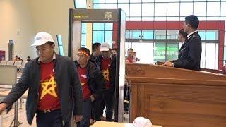 Nhiều người hâm mộ xuất cảnh qua cửa khẩu Hữu Nghị để sang cổ vũ Đội tuyển bóng đá U23 Việt Nam