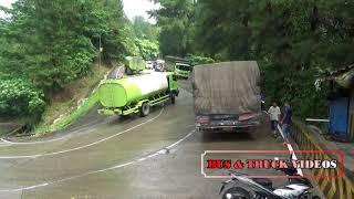 TRUCK BANCI SLIP SAMPE NABRAK PEMBATAS JALAN