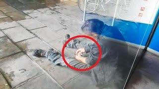 Un toxicómano pinchándose en el centro de Barcelona