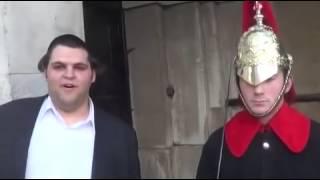Jak rozśmieszyć strażnika pałacu w Buckingham