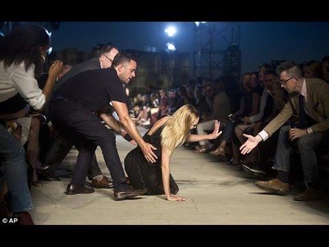 Modelo de Victoria's Secret cae en plena pasarela