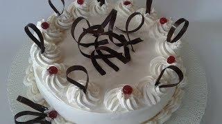 Decorare una torta di compleanno con panna montata