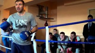 Чемпион мира по бокс Дмитрий Пирогов дает уроки бокса юнцам