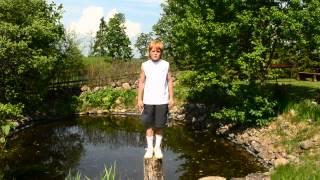 Кино (Виктор Цой) - Муравейник - Песню Виктора Цоя исполняет Даниел стоя на пеньке!