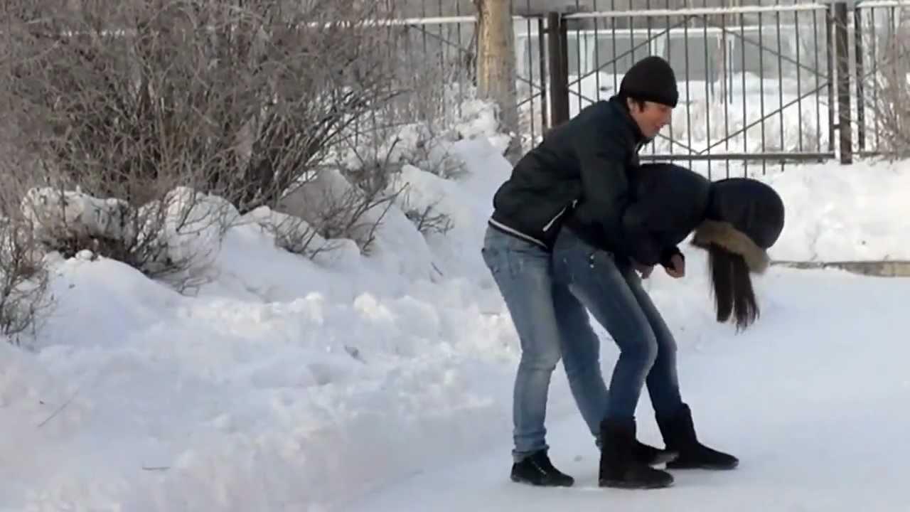 patsan-trahnul-devushku-zimoy