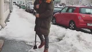 Смотреть Иван Ургант чистит улицы онлайн