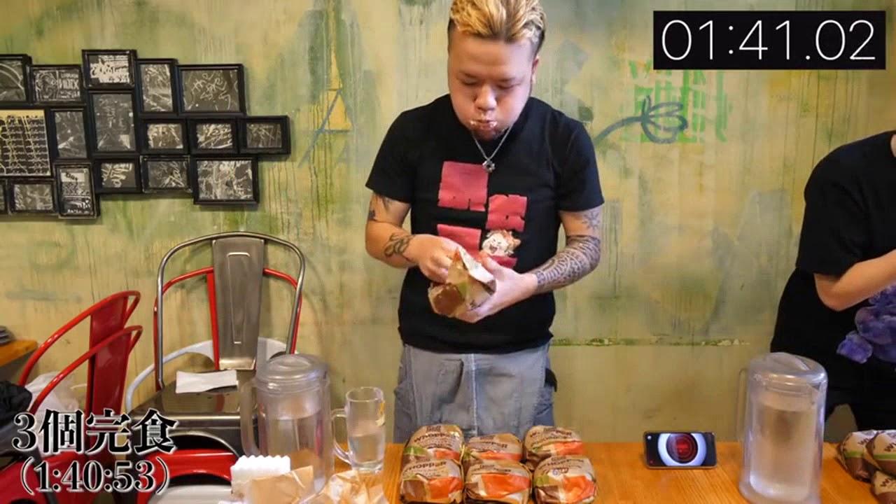 日本大胃王新井熊小哥限時挑戰吃超多牛排,炸雞蔬菜漢堡喝冰水 - YouTube